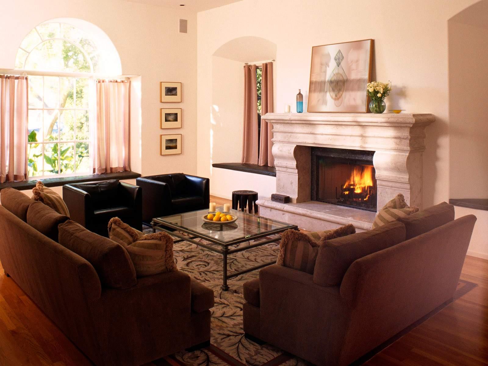 Интерьер зала с камином фото