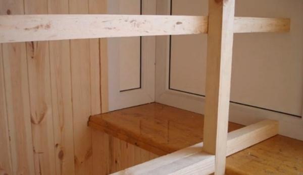 Каркас шкафа на балконе из бруса..