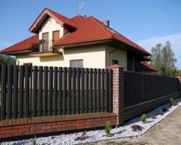 Забор из металлического штакетника, фото