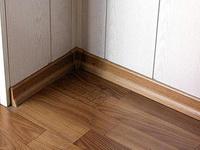 Шпонированный и деревянный напольный плинтус в устройстве напольных покрытий