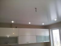 Одноуровневые натяжные потолки: особенности материалов